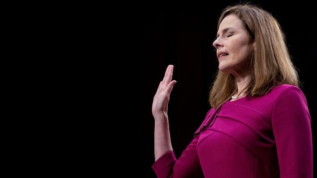 Amy Coney Barrett lève la main droite lors de son audition par le comité judiciaire du Sénat.