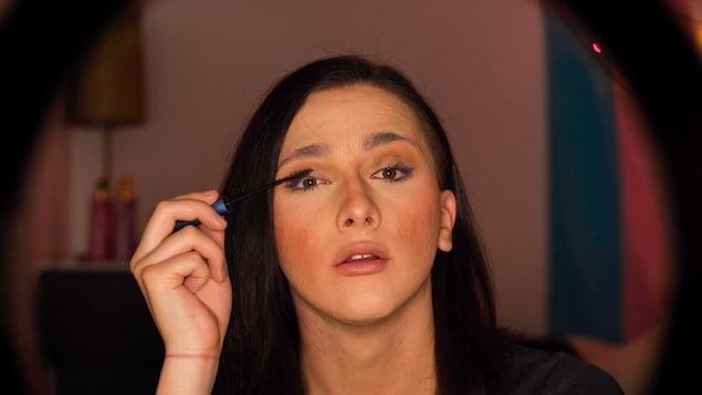 Amy Fournier met du mascara.