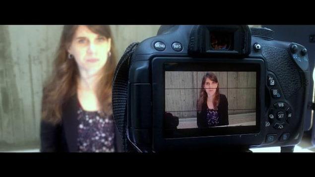 Anaïs Pellin devant une caméra.