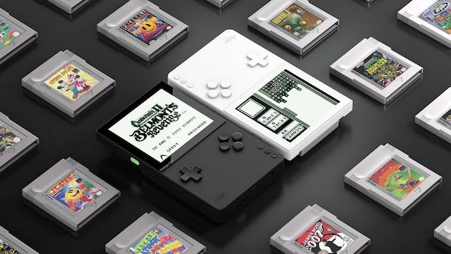 Deux consoles Analogue Pocket entourées de cartouches Game Boy.