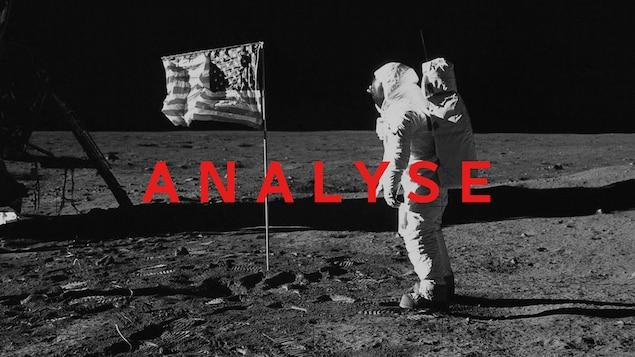 On voit un astronaute sur la Lune avec un drapeau américain.