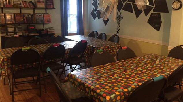 Les tables sont mises dans la pièce centrale de la maison pour le repas.