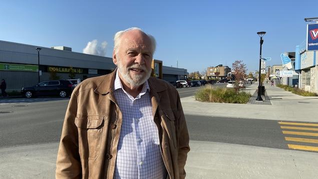 André Brunet pendant la campagne électorale 2021 à Amos.