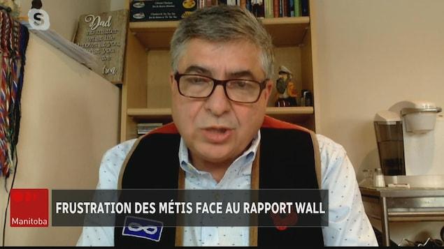 André Carirer, assis, en entrevue.