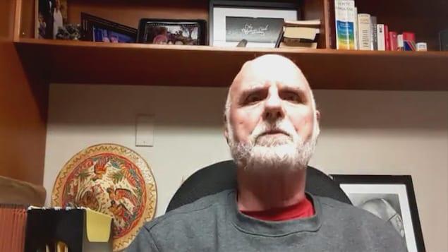 Un homme dans son bureau.