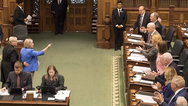 La chef de l'opposition Andrea Horwath est expulsée de la Chambre mercredi lors du débat entourant le dépôt du projet de loi 31.