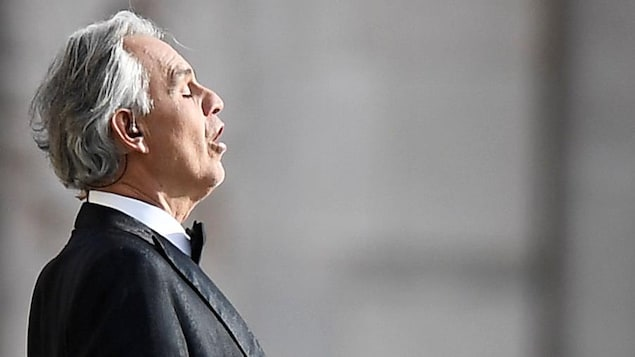 Le chanteur d'opéra Andrea Bocelli se pratiquant devant la cathédrale de Milan.