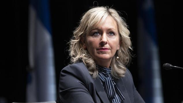 Gros plan de la ministre des Affaires municipales, Andrée Laforest, assise durant une conférence de presse.