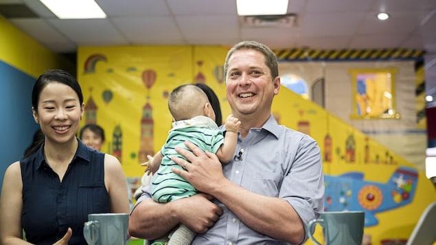 Andrew Scheer en visite dans une garderie de Toronto.