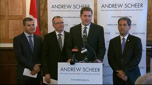 Andrew Scheer, en compagnie des députés québécois Alain Reyes, Luc Berthold, Pierre Paul-Hus, jeudi, au Cercle de la Garnison de Québec.