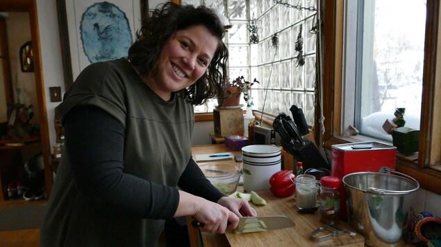 Andrina coupe une chayote pour la salsa.