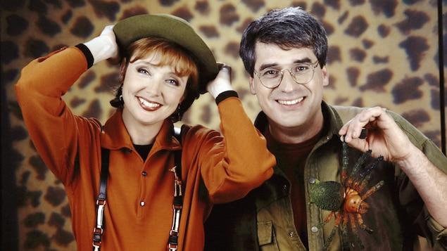 Les animateurs Sylvie Lussier et Pierre Poirier posent en tenues d'explorateurs.