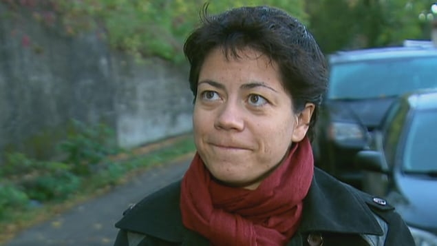 La porte-parole de STOP oléoduc, Anne-Céline Guyon sourit à l'annonce de l'abandon du projet.