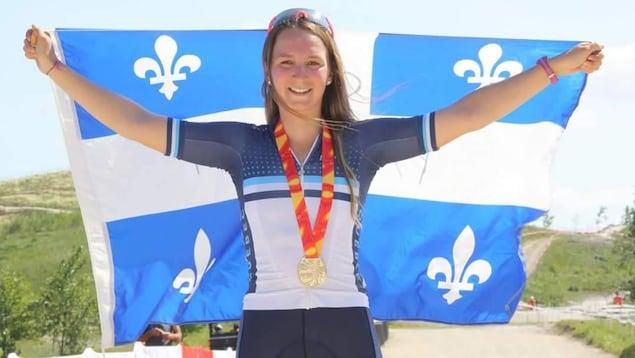 Anne-Julie Tremblay avec le drapeau du Québec