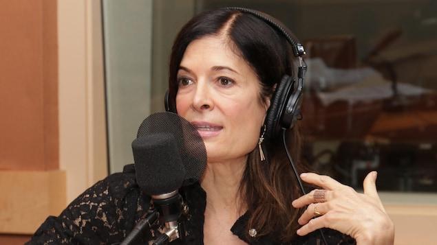 Anne-Marie Cadieux en studio, le casque sur les oreilles.