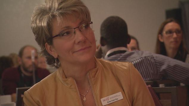 Anne Vinet-Roy écoute un panel de discussion.