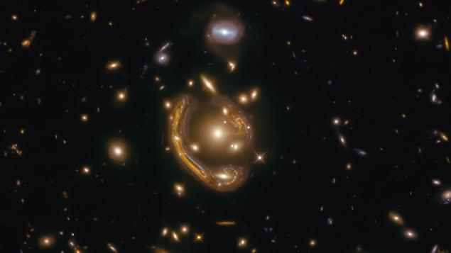 Image montrant l'anneau d'Einstein GAL-CLUS-022058-38303.