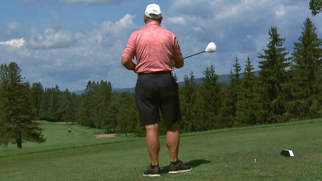Un golfeur sur un vert du Club de golf Lorette.