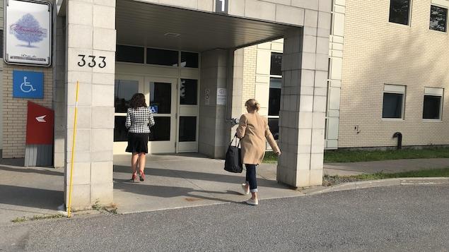 Deux femmes entrent à l'hôpital de Matane