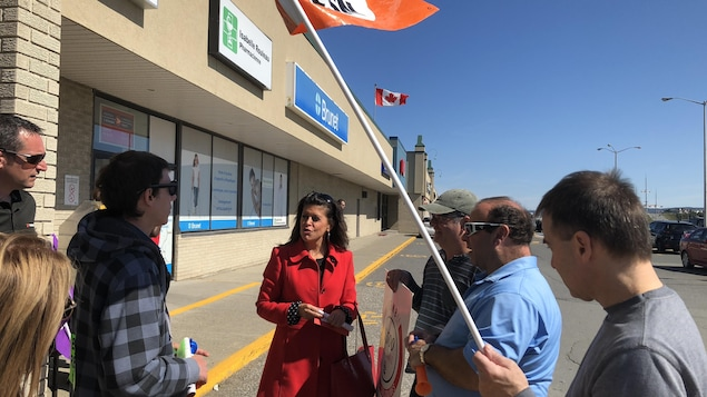 Annie Fournier, candidate libérale dans Matane-Matapédia entourée de grévistes de la SAQ
