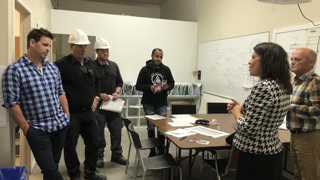 Annie Fournier et Marcel Cormier ainsi que le directeur de la production de l'usine et trois autres employés de Béton provincial
