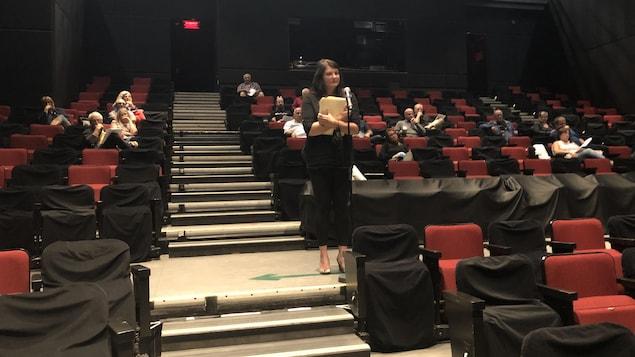 Annie Truchon qui s'adresse aux élus lors de la séance du conseil municipal de Saguenay.