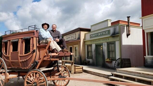 Vic Fedeli sur un carrosse western.