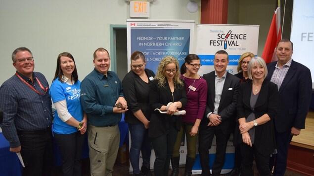 Du personnel de Science Nord posent pour une photo avec des reptiles et la députée Patty Hajdu.