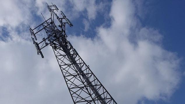 Une tour de télécommunication.
