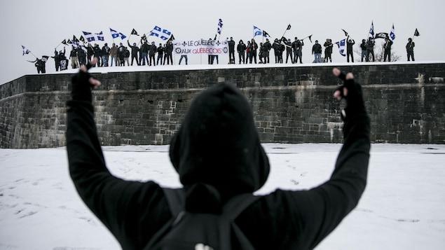 Un militant antifasciste nargue les membres d'Atalante, un groupe d'extrême droite.
