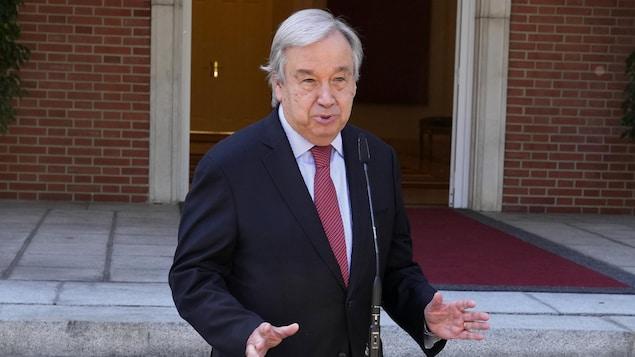 Antonio Guterres se tient debout derrière un micro.