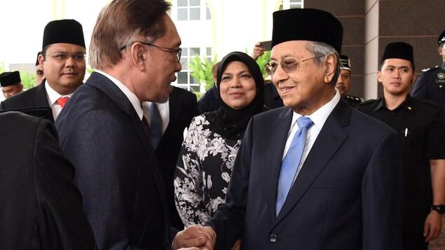 Anwar Ibrahim serre la main du premier ministre Mahathir Mohamad.