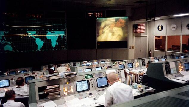Le centre de contrôle de la NASA à Houston, pendant la crise qui a secoué la mission lunaire Apollo 13, le 13 avril 1970.