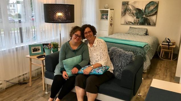 Cloé et sa mère Louise Gervais dans l'appartement aux tons de bleu de la jeune femme.