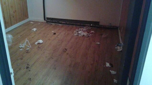 L'appartement a été laissé dans un état insalubre.
