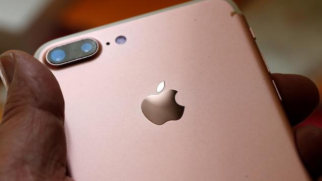 Un téléphone Apple dans la main d'un utilisateur.