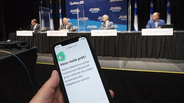 Un écran de l'application Alerte COVID lors d'une conférence de presse du gouvernement du Québec.