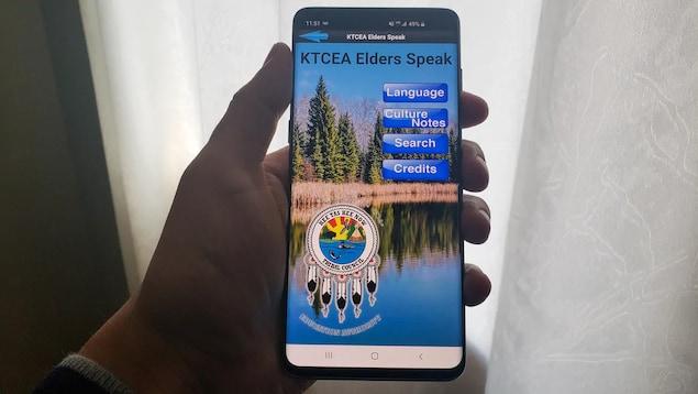 Gros plan sur un téléphone portable qui montre la page d'accueil de l'application Elders Speak.