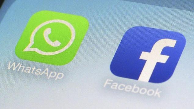 Les logos des applications WhatsApp et Facebook sur un téléphone intelligent.