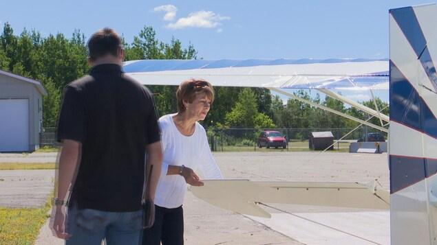 Françoise Sasseville et son instructeur procèdent à l'inspection de l'avion avant un vol d'entraînement.