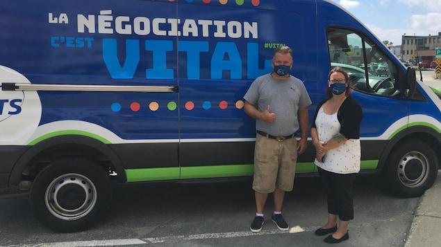 André Vaillancourt et Christine Prégent posent devant la camionette de l'APTS.