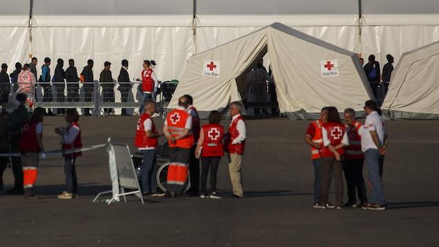 La Croix-Rouge attendait les migrants dans le port de Valence dimanche matin.