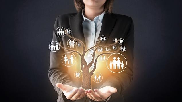 Une femme tient son arbre généalogique