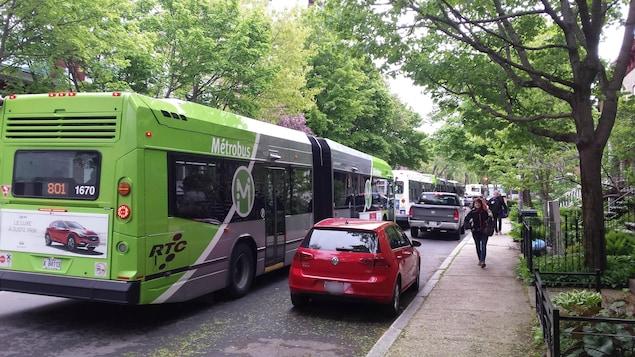 Des autobus circulent sur le boulevard René-Lévesque en été.