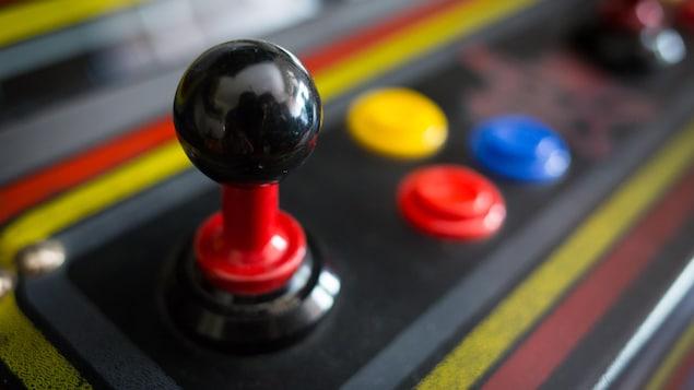 Une photo montrant le manche analogique d'une machine d'arcade.