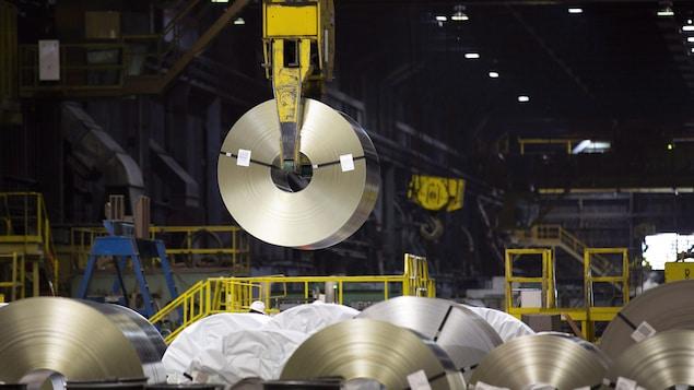Des rouleaux d'acier laminé à l'aciérie d'ArcelorMittal à Hamilton.