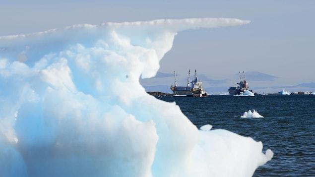 Des bateaux sur l'Arctique entourés de glace.