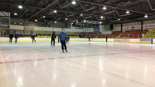 Patineurs sur la glace intérieure.