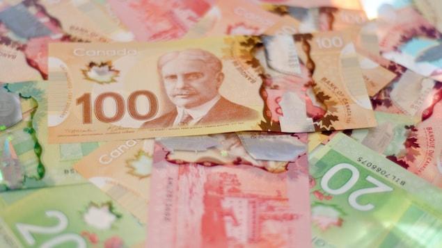 Amas de billets de banque de 20 $, 50 $ et 100 $