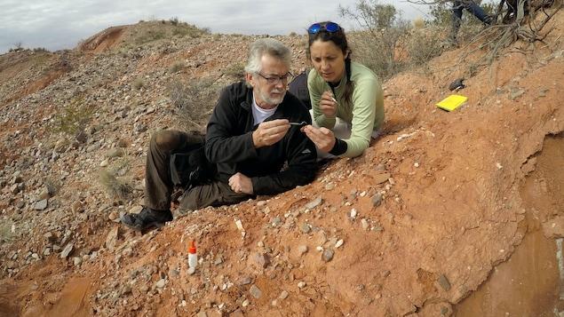 Ricardo Martinez et sa collègue Cecilia Apaldetti sur le site de Balde de Leyes, en Argentine, en juillet 2018
